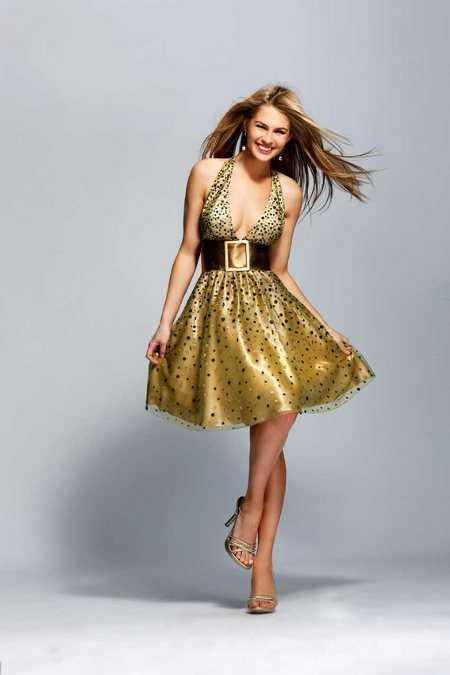 vestidos de 15 aos dorados. y muy juvenil al vestido.