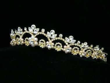 Las tiaras doradas pueden tener muchos estilos y diseños, así como ser fabricadas con distintos elementos y de variadas formas, pero lo importante es el