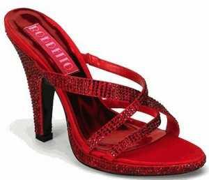 Si es que la vista no me engaña, los peep toes son tan o más elegantes que las sandalias. Ahora está muy de moda que lleven cintas en la parte del