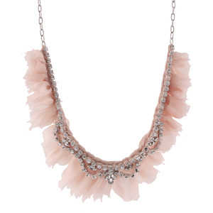 Los collares pueden introducir otros elementos como las plumas o la tela. Este diseño de brillantes y tela rosa dará un extra muy romántico a tu atuendo.