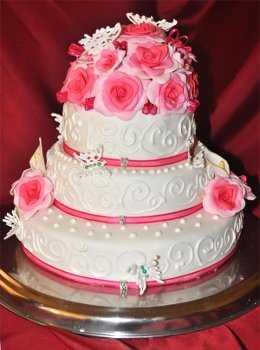 Para una fiesta de 15 en amarillo, este modelo de torta con rosas